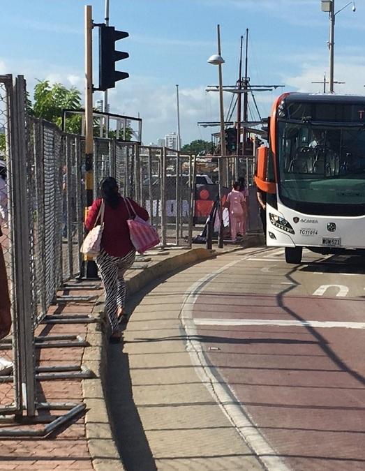Hubo críticas porque, por las vallas instaladas alrededor del Muelle de los Pegasos, los peatones tenían que transitar por el carril de Transcaribe.