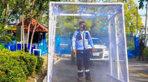 Personal operativo de Acuacar pasa por cámaras de desinfección para evitar propagación del Covid-19